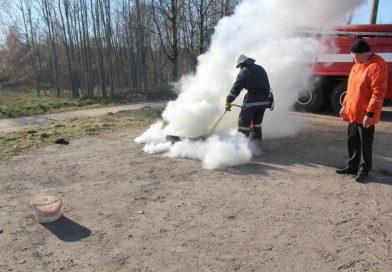 Maļinovas pagasta pārvaldes darbinieki apguva praktiskās nodarbības ugunsdrošībā